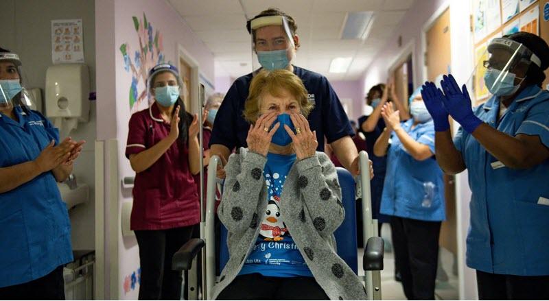 مارگارت کینان، نسخستین انگلیسی که واکسن کرونای شرکت Pfizer/BioNTech را دریافت کرد