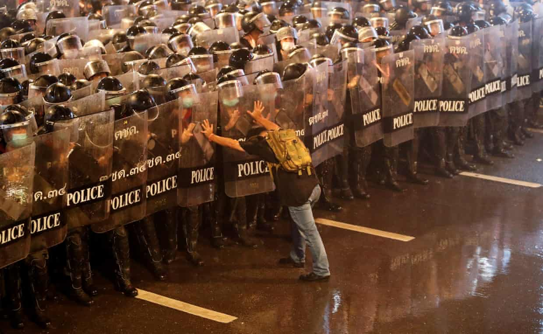 بانکوک: معترض تنها در مقابل جمعیت عظیم پلیسهای ضدشورش